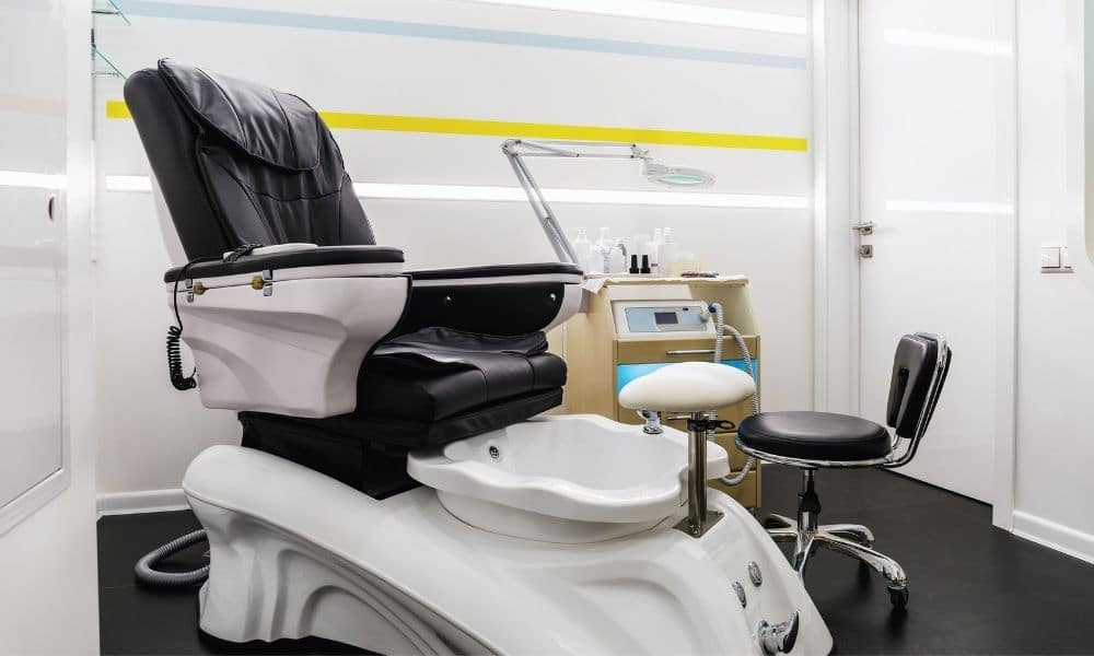 The Differences Between Piped-in and Pipeless Pedicure Chairs